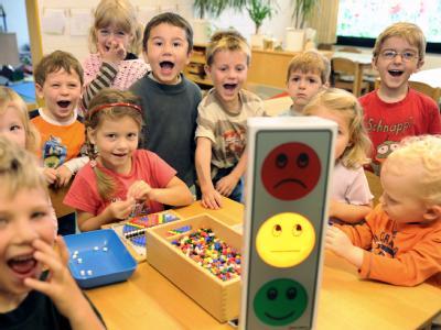 Kinder schreien in einer Kindertagesstätte, um eine