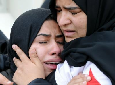 Trauer und Entsetzen: Angehörige eines bei den Protesten in Bahrain Verletzten.