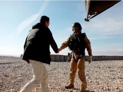 Bundesverteidigungsminister zu Guttenberg (l.) begrüßt einen Soldaten der Bundeswehr am vorgeschobenen Posten «OP North». Foto: Bundeswehr/ Michael Schreiner