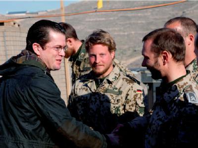 Karl-Theodor zu Guttenberg (l.) im Gespräch mit ISAF Einsatzkräften der Bundeswehr. Foto: Bundeswehr/ Michael Schreiner