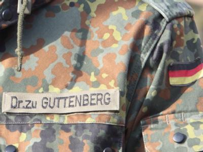 Namensschild auf dem Kampfanzug von Bundesverteidigungsminister Karl-Theodor zu Guttenberg.