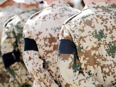 Soldaten mit Trauerbinden am Arm sind zum Abschied gefallener Kameraden an den Särgen angetreten. (Archivbild)