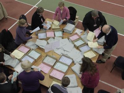 Wahlhelfer zählen am in Hamburg in der Alsterdorfer Leichtathletikhalle Briefwahlstimmen aus.