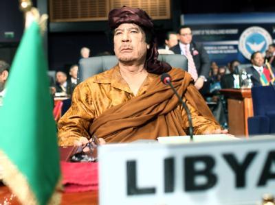Der umstrittene libysche Revolutionsführer Muammar al-Gaddafi auf diplomatischen Parkett (hier ein Archivbild von 2009 in Ägypten)