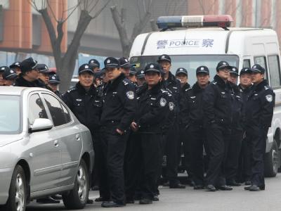 Chinesische Polizisten sammeln sich am 20.2.2011 in Peking, um Proteste aufzulösen.