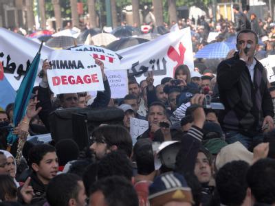 Am Sonntag hatten noch Tausende Menschen in den größeren Städten - wie hier in der Hauptstadt Rabat - friedlich für demokratischen Wandel in Marokko demonstriert.