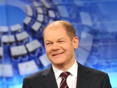 Olaf Scholz, Hamburgs Spitzenkandidat der SPD, steht nach den ersten Prognosen zur Bürgerschaftswahl im Fernsehstudio.