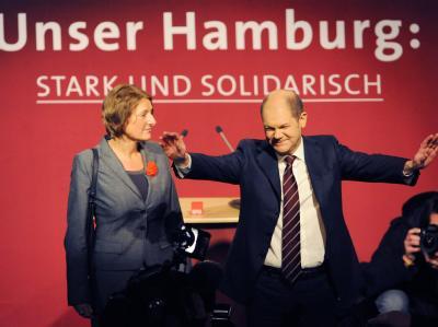 Der Spitzenkandidat der Hamburger SPD, Olaf Scholz, lässt sich mit seiner Ehefrau Britta Ernst nach den ersten Prognosen zur Bürgerschaftswahl von den Parteianhängern feiern.