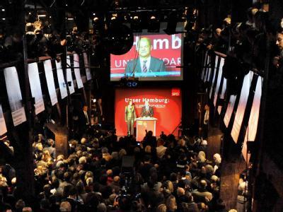 Der Spitzenkandidat der Hamburger SPD, Olaf Scholz, lässt sich in der Fabrik in Hamburg von den Parteianhängern feiern.