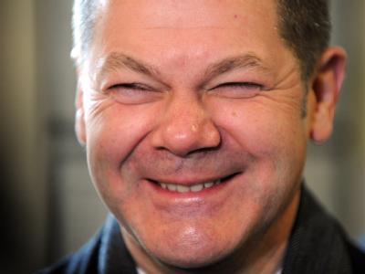 Der Spitzenkandidat der Hamburger SPD, Olaf Scholz, lacht nach seiner Stimmabgabe.