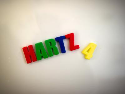 Auf einer magnetischen Spielzeugtafel in einem Krankenhaus in Dresden steht «Hartz 4» geschrieben, aufgenommen am 17.12.2010.  Die neue Hartz-IV-Runde am Sonntag (20.02) in Berlin soll den Durchbruch bringen. Foto: Arno Burgi dpa  +++(c) dpa - Bildfunk+++