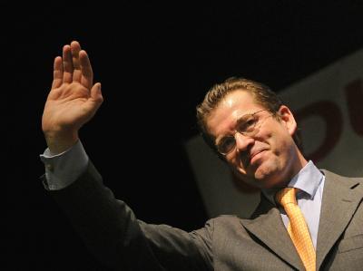 In der Bevölkerung immer noch sehr beliebt: Verteidigungsminister Karl-Theodor zu Guttenberg.