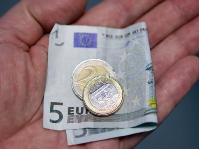 Der Regelsatz für rund 4,7 Millionen Hartz-IV-Empfänger steigt rückwirkend zunächst um fünf und Anfang 2012 um weitere drei Euro.