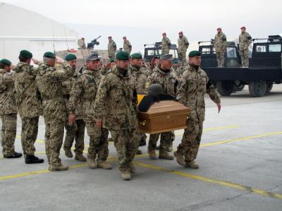 Bundeswehrsoldaten tragen in Masar-i-Scharif einen Sarg in ein bereitstehendes Flugzeug.