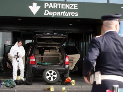 Beamte untersuchen den Ort des Vorfalls am Mailänder Flughafen.