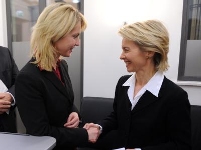 Einigung erreicht: Bundesarbeitsministerin Ursula von der Leyen (r) und SPD-Verhandlungsführerin Manuela Schwesig in Berlin.