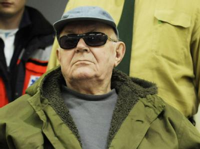 Der wegen Beihilfe zum Mord angeklagte John Demjanjuk wird im Landgericht München in den Gerichtssaal gebracht.