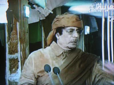 Libyens Staatschef Muammar al-Gaddafi in seiner Fernsehansprache (TV-Aufnahme vom Nachrichtensender al-Arabiya)