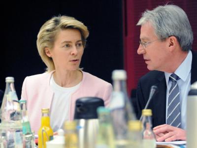Arbeitsministerin Ursula von der Leyen (CDU) unterhält sich im Bundesrat mit Bundesratspräsident Jens Böhrnsen (SPD).