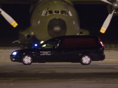 Ein Leichenwagen steht am Flughafen in Nürnberg vor einer Bundeswehr-Maschine. Die Leichen der drei in Afghanistan erschossenen deutschen Soldaten sind zurück in die Heimat gebracht worden.
