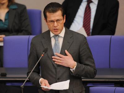 Bundesverteidigungsminister Karl-Theodor zu Guttenberg (CSU) beantwortet im Bundestag Fragen der Abgeordneten.