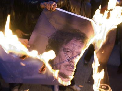 Das Regime von Gaddafi versinkt in Flammen und Blut.