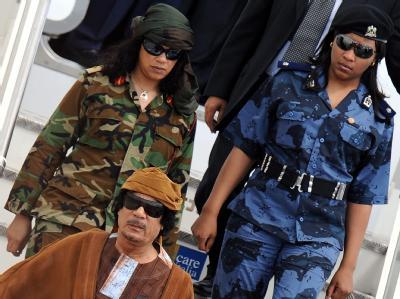 Muammar al-Gadaffi mit Leibwachen bei der Ankunft in Rom im vergangenen August