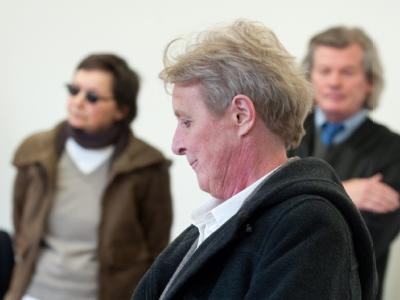 Silke Maier-Witt, im Hintergrund Verena Becker (l) und ihr Anwalt Hans Wolfgang Euler vor dem Oberlandesgericht Stuttgart