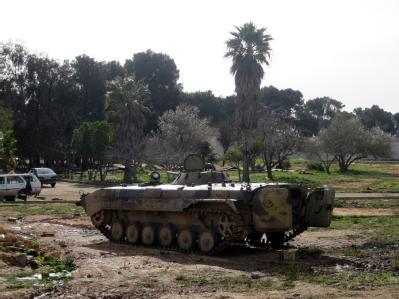 Ein zurückgelassenes Fahrzeug der libyschen Armee.