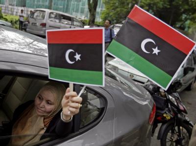 Auf jedem Protestzug dabei:  Die rot-schwarz-grünen Fahne mit Mondsichel und Stern.