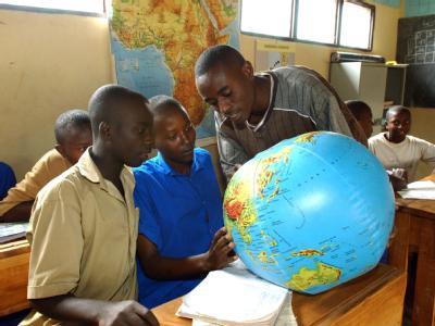 Ein Lehrer in einer Schule im Westen Ruandas Schülern auf einem aufblasbaren Globus Ländergrenzen. (Archivbild)