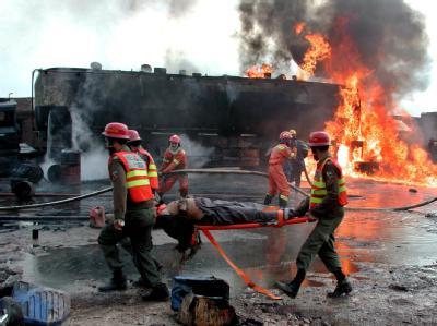 Ein Tankwagen steht in Flammen, ein Verletzter wird abtransportiert: Erneut haben Islamisten einen NATO-Konvoi in Pakistan attackiert.
