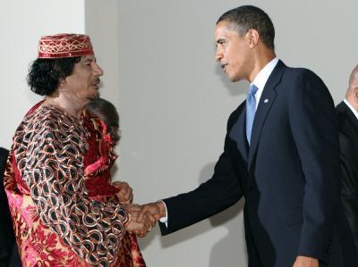 Der libysche Revolutionsführer Muammar al-Gaddafi begrüßt US-Präsident Barack Obama am Rande des G8-Gipfels in L'Aquila (Archivfoto vom 09.07.2009).