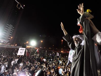Der bahrainische Oppositionspolitiker Hassan Mushima vor Regimegegnern in der Hauptstadt Manama.