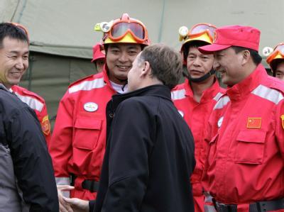 Internationales Zeltdorf: Neuseelands Premierminister John Key begrüßt Rettungskräfte aus China.