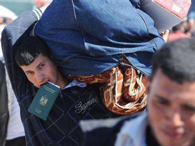 Ein Mann mit einem ägyptischen Pass an der Grenze zwischen Libyen und Tunesien.