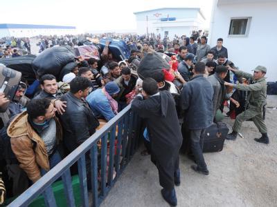 Hunderte Flüchtlinge versuchen an der libysch-tunesischen Grenze die Absperrungen zu durchbrechen.