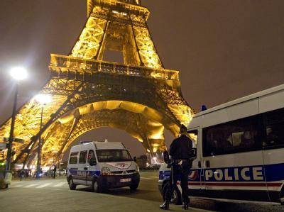 Französische Polizisten nach der Bombendrohung vom September 2010. Am Freitagabend ist der Eiffelturm zum dritten Mal innerhalb weniger Monate evakuiert worden.