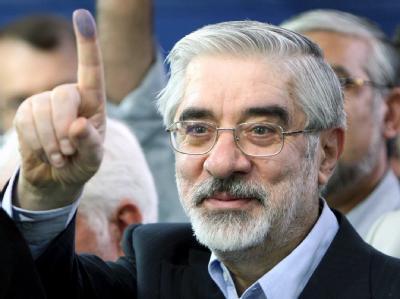 Der iranische Oppositionsführer Mir Hussein Mussawi bei seiner Stimmabgabe in Teheran (Archivfoto vom 12.06.2009).