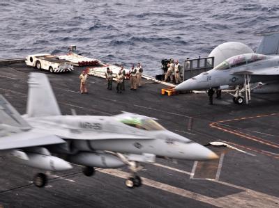 An Deck des Flugzeugträgers USS Enterprise (CVN 65), der in den letzten Tagen näher an die libysche Küste versetzt wurde.