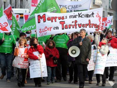 Demonstranten ziehen durch die Stuttgarter Innenstadt: Mit Arbeitsniederlegungen in Hochschulen und Autobahnmeistereien haben am Mittwoch die Warnstreiks im öffentlichen Dienst des Landes begonnen.