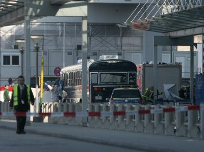 Vor dem Terminal 2 des Flughafen Frankfurt am Main: Ein Mann hat im Bus US-Soldaten angegriffen und zwei Männer getötet.