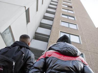 Jugendliche stehen  vor dem Haus, in dem der Attentäter vom Frankfurter Flughafen angeblich gewohnt hat.