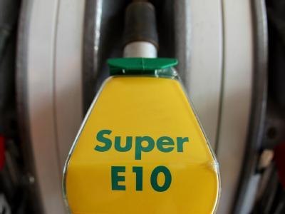 Blick auf einen Zapfhahn mit dem neuen Bio-Kraftstoff E10 an einer Tankstelle in Nürnberg.