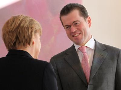 Bundeskanzlerin Merkel bei der Verabschiedung des scheidenden Verteidigungsministers zu Guttenberg im Schloss Bellevue.