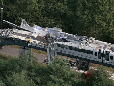 Mit völlig zerstörter Front steht das Wrack des Transrapid 08 nach seinem schweren Unfall auf der Versuchsstrecke in Lathen. (Archivbild)
