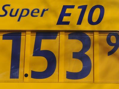 Der neue Bio-Kraftstoff E10 an einer Hamburger Tankstelle.