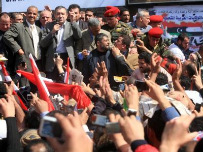Stürmischer Empfang für den neuen ägyptischen Interims-Regierungschef Essam Scharaf auf dem Tahrir-Platz.