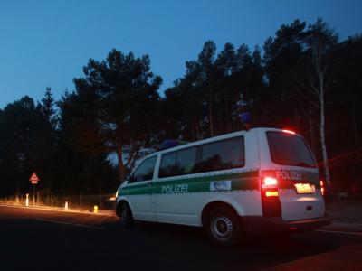 Polizisten kontrollieren die Zufahrt zum Schießstand Hüttermühle an der Bundesstraße 107 in Genthin.
