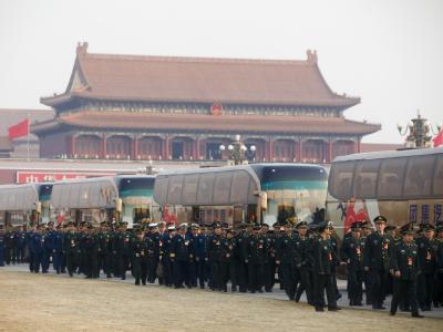 Delegierte der Volksbefreiungsarmee treffen vor der Halle des Großen Volkes ein.